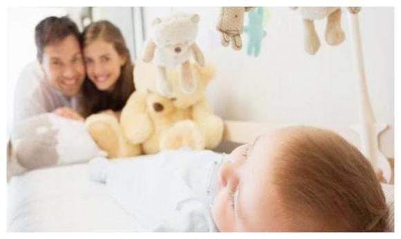 chăm sóc trẻ nhỏ, bế bé, đặt bé nằm