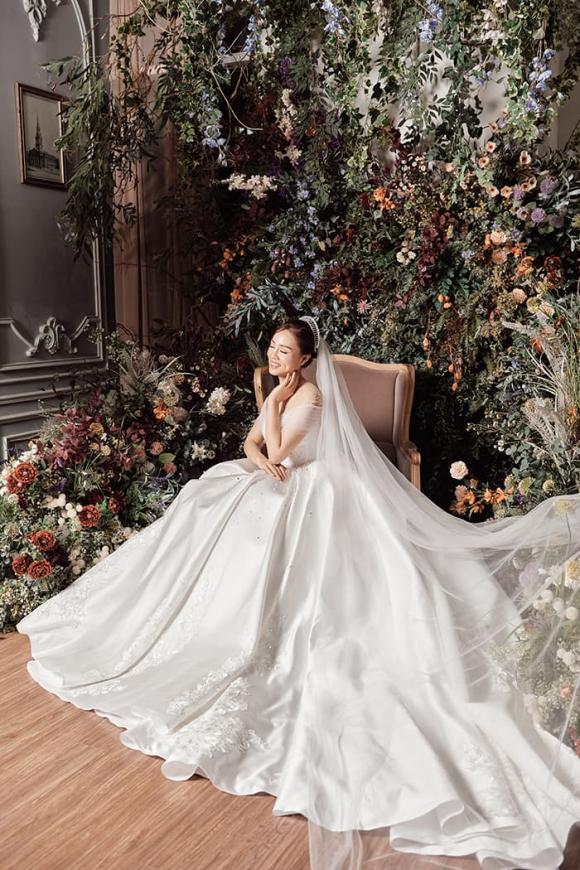 Bạn gái NSND Công Lý diện váy cưới, đọ sắc bên Á hậu Thụy Vân