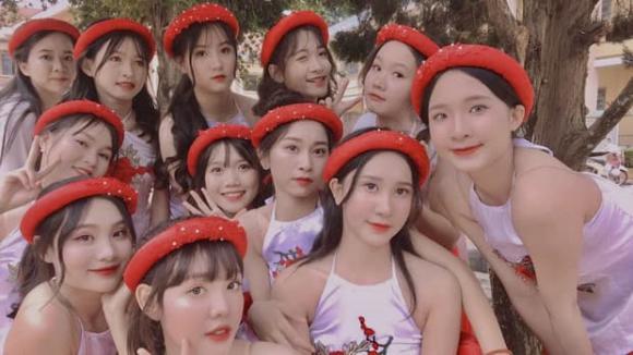 Hội nữ sinh đi diễn văn nghệ chào mừng ngày 20/11 'gây sốt' vì ngoại hình quá xinh xắn