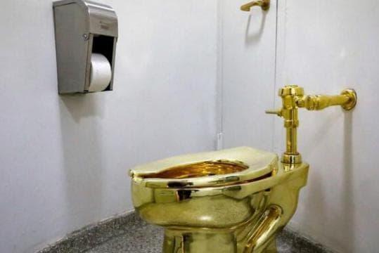 bồn cầu, tại sao bồn cầu có khoảng trống trước, nhà vệ sinh nữ ở Mỹ, chuyện lạ