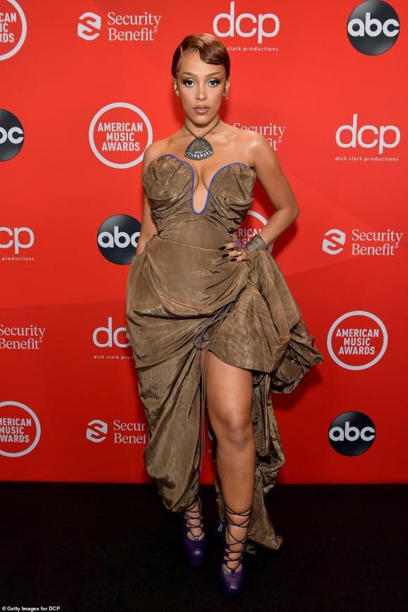 American Music Awards 2020, thảm đỏ AMAs 2020, Paris Hilton, Jennifer Lopez,