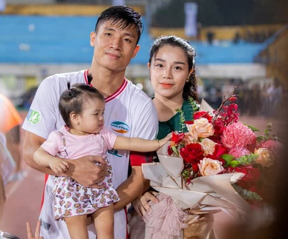 Sau trục trặc tưởng chừng tan vỡ, Dũng trung vệ và Khánh Linh quyết định lùi đám cưới vì lý do không ngờ