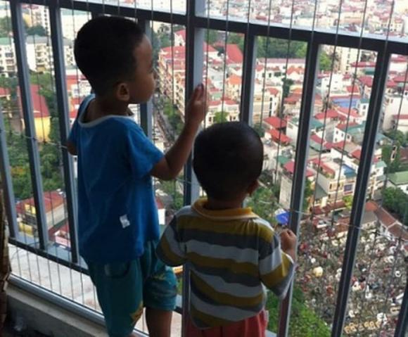 trẻ em rơi từ tầng cao chung cư, cậu bé 2 tuổi rơi từ tầng 13 may mắn thoát chết, lưới an toàn chung cư