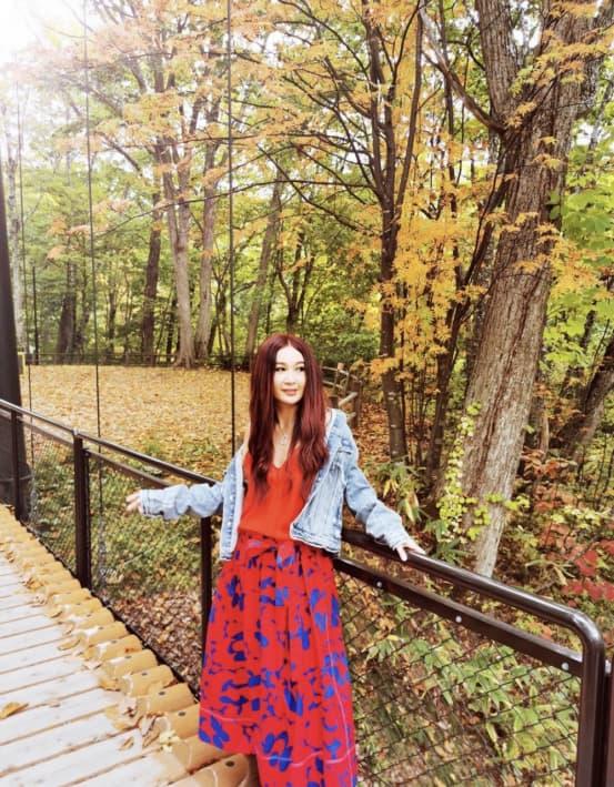 ôn bích hà, váy màu đỏ, thời trang trung niên