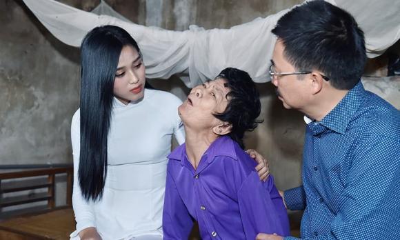 Việc đầu tiên của Hoa Hậu Đỗ Thị Hà làm sau khi về thăm quê khiến bao người xúc động