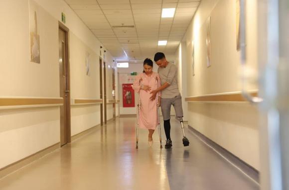 vợ chồng khuyết tật, khiếm khuyết ngoại hình, mất chân