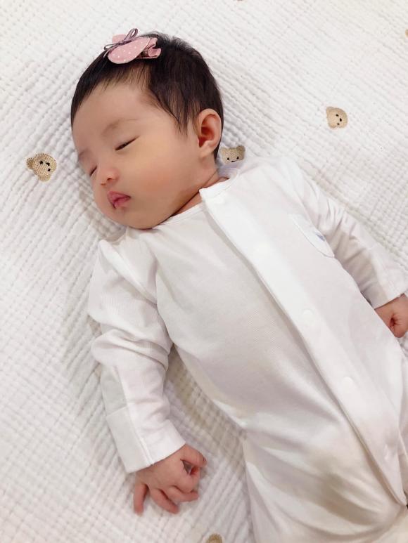 Đông Nhi khoe khoảnh khắc Ông Cao Thắng vừa ôm con ngủ vừa làm việc