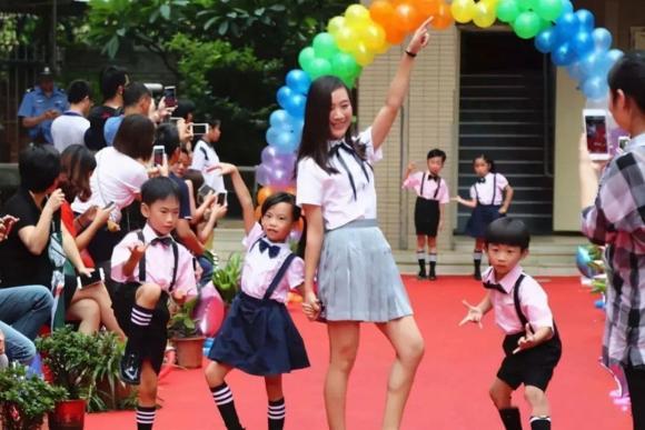 Nữ giáo viên gây bất bình cho phụ huynh vì ăn mặc quá phản cảm, bị tập thể tẩy chay