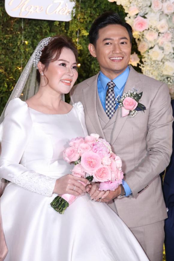 Lê Phương gửi hoa tặng đến đám cưới Quý Bình: 'Em mừng cho anh'