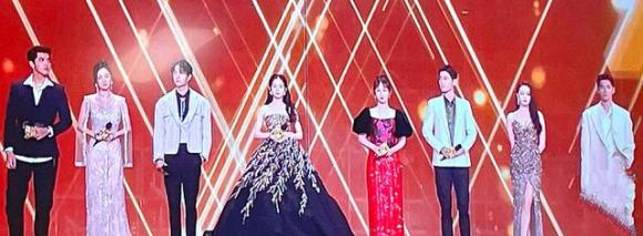 Fans đam mỹ phát hiện loạt khoảnh khắc Tiêu Chiến và Vương Nhất Bác lén nhìn nhau khi đứng chung sân khấu