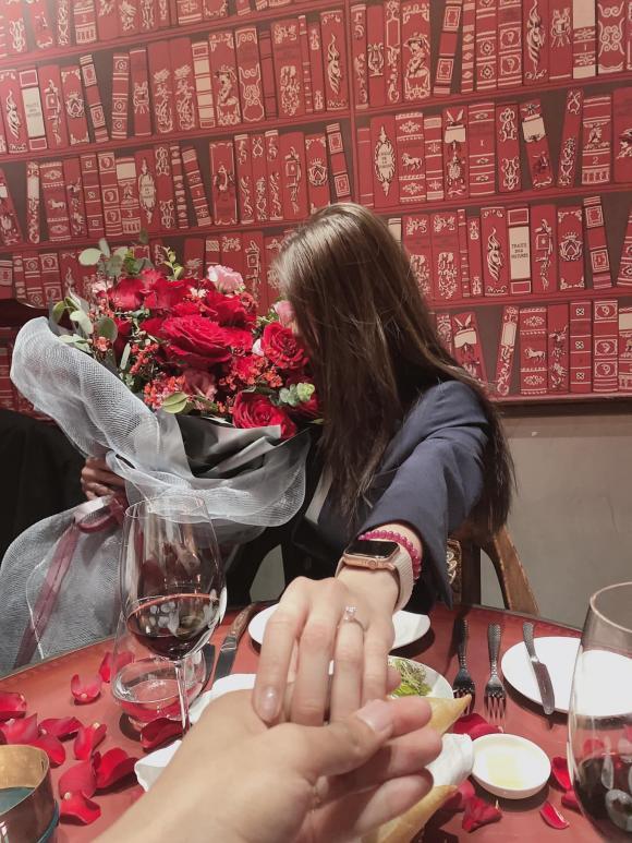 Cầu thủ Văn Dũng cầu hôn bạn gái hot girl Vóc Đỗ
