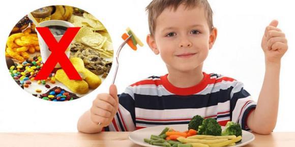 vì sao trẻ ăn vặt, có nên cho trẻ ăn vặt, lưu ý khi cho trẻ ăn vặt