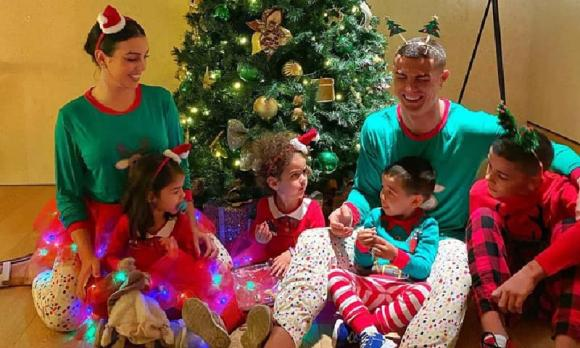 Ronaldo hóa 'tuần lộc' đón Giáng sinh, bạn gái ở bên ngày càng ra dáng 'vợ hiền'