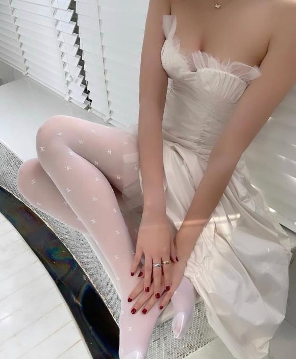 Chẳng cần bikini, Ngọc Trinh vẫn gợi cảm trong nhà tắm tại gia