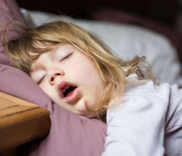 trẻ há miệng khi ngủ, há miệng khi ngủ, chăm con