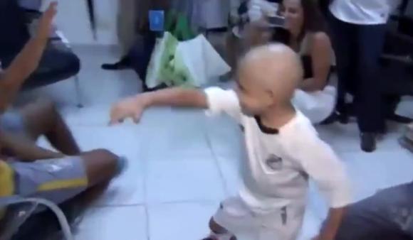Sự thật cảm động sau màn nhảy hài hước gây bão mạng xã hội của Neymar lúc ghi bàn  4