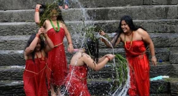 Nepal, tắm ngoài đường, chuyện lạ, du lịch