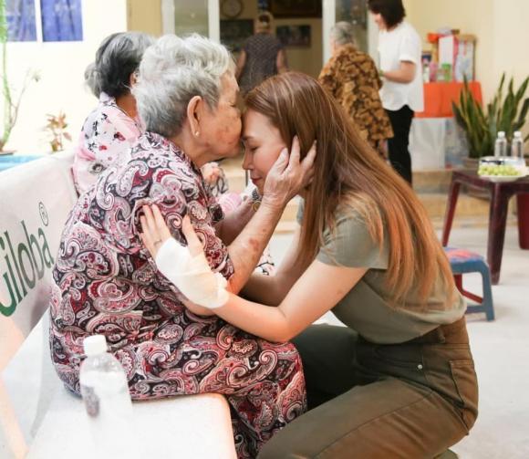 Mỹ Tâm, nữ ca sĩ, thăm viện dưỡng lão,