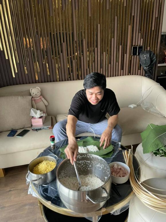 Công Phượng tự mình gói bánh tét tại nhà, nhưng bức ảnh cuối cùng lại tiết lộ kiểu luộc bánh của 'nhà giàu'