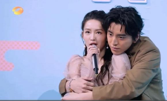 Sau Hứa Ngụy Châu, Vương Đại Lục bị netizen lên án vì có hành vi mơn trớn với Lý Thấm ngay trên show truyền hình