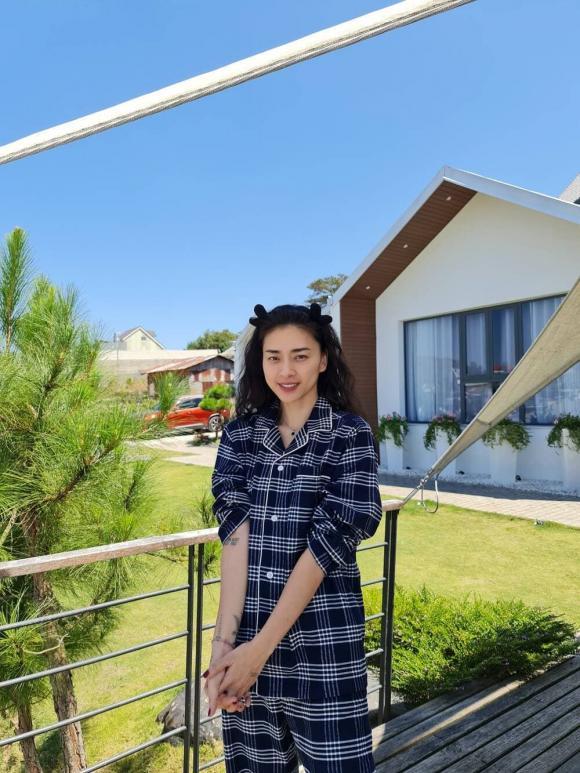 Huy Trần đăng ảnh ôm hôn bạn gái cực ngọt trên bãi biển, không để lộ mặt nhưng CĐM đoán chắc là Ngô Thanh Vân?