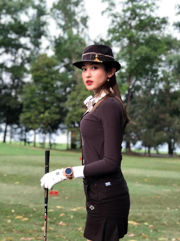 Á hậu Huyền My gặp tai nạn mặc ngược váy khi đi chơi Golf