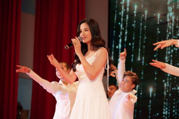siêu mẫu Võ Hoàng Yến, ca sĩ Thái Trinh, sao Việt