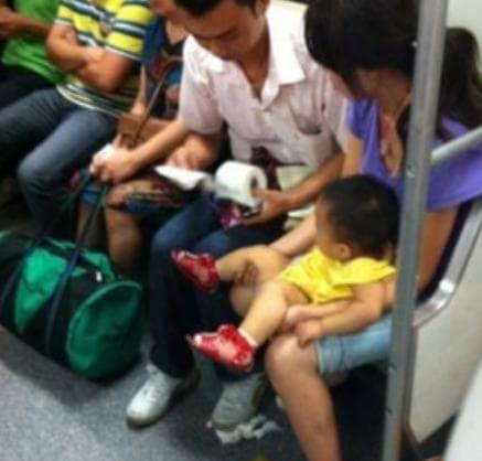 Đứa trẻ bị tiêu chảy trên tàu điện ngầm, trẻ bị tiêu chảy, tiêu chảy
