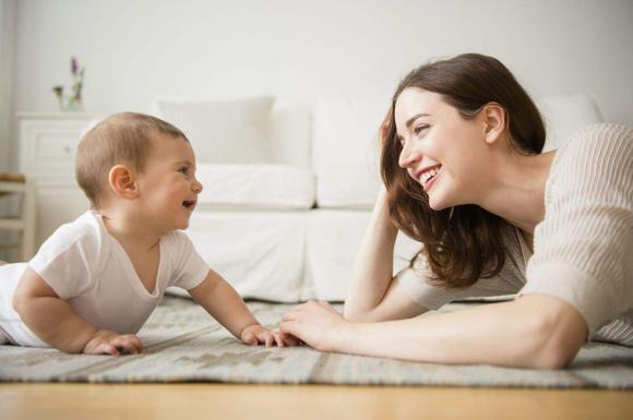 chăm sóc trẻ nhỏ, lưu ý khi chăm sóc trẻ, dấu hiệu trẻ thông minh