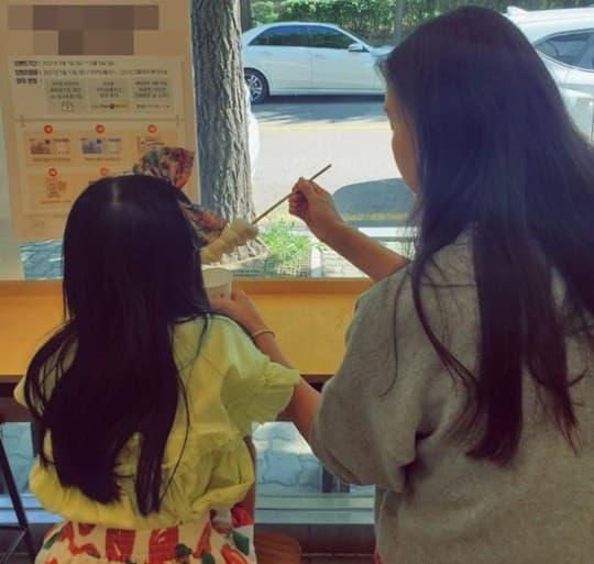 Vợ và con gái Jang Dong Gun lên hot search trên Naver, công chúa 7 tuổi lớn nhanh như thổi
