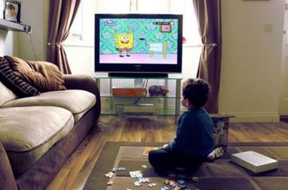 chăm trẻ, dạy trẻ, trẻ xem tivi