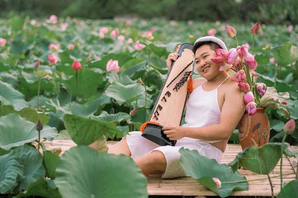 chụp ảnh với sen, nam thanh niên chụp ảnh bên hồ sen, giới trẻ