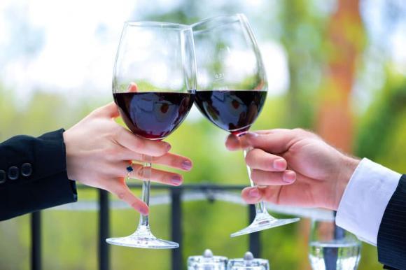 cụng ly, uống rượu, kinh nghiệm ứng xử, bàn tiệc