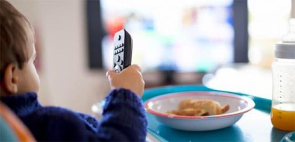 trẻ xem tivi, khoảng cách xem tivi, xem tivi, khoảng cách xem tivi bao nhiêu là hợp lý, khoảng cách trẻ xem tivi, trẻ ngồi gần tivi