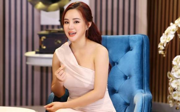 Thủy Tiên, Vy Oanh, bà hoàng, tu viện, sao Việt