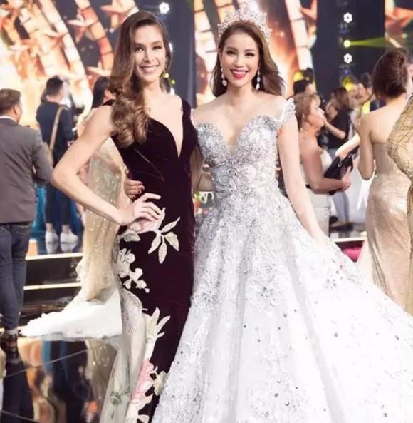 Hoa hậu Phạm Hương bị chê 'không cùng đẳng cấp' khi đứng cạnh Hoa hậu Dayana Mendoza