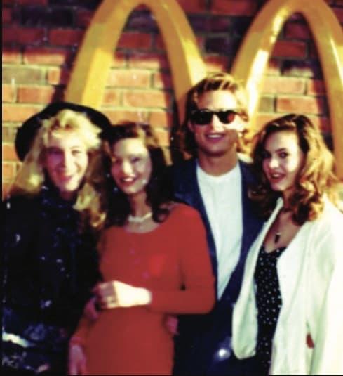 Tấm ảnh chưa từng thấy của Brad Pitt 21 tuổi chụp cùng hội bạn thân mỹ nữ gây sốt