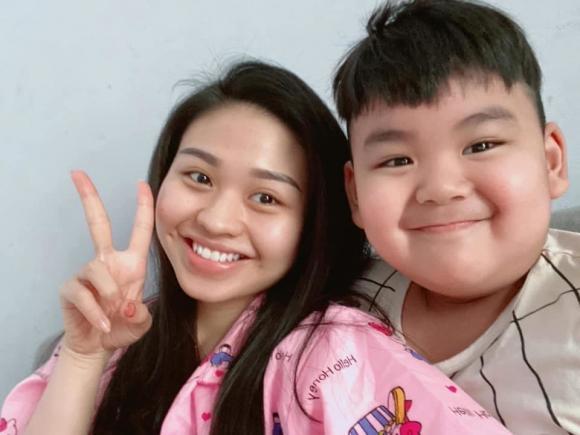 Cậu bé rất tình cảm với anh chị là Duy Phước và Lê Lộc
