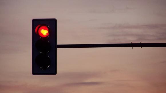 dừng đèn đỏ, tiết kiệm xăng, có nên tắt máy khi dừng đèn đỏ, dừng đèn đỏ tắt máy