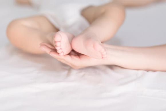 nuôi dạy trẻ, chăm sóc trẻ sơ sinh, chạm vào trẻ