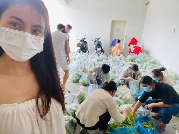 Những ngày qua, vợ chồng Công Vinh - Thuỷ Tiên đã phát rất nhiều lương thực cho bà con khó khăn, khu cách ly tại TP.HCM.