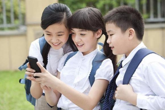 trẻ chơi điện thoại, trẻ nghiện điện thoại, dạy trẻ, điện thoại