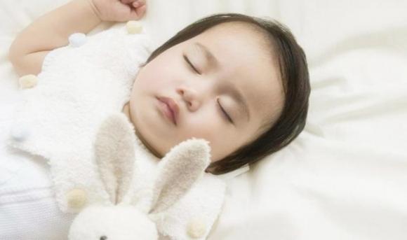 tư thế ngủ của trẻ, chăm sóc trẻ đúng cách, lưu ý khi chăm sóc trẻ
