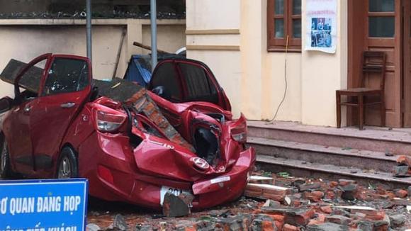 giông lốc, mưa to, tường đè bẹp ô tô