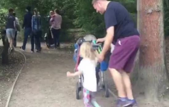 con gái ôm chân bố không chịu tự đi, làm gì khi trẻ quấy khóc, câu chuyện thú vị