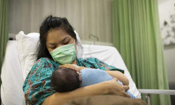 chăm con, bại não, nắm chặt tay, trẻ sơ sinh nắm chặt tay, trẻ sơ sinh