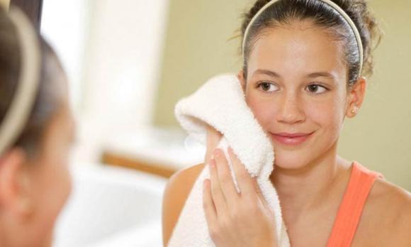 dùng khăn lau khô mặt sau khi rửa, rửa mặt, lau khô mặt, chăm sóc da