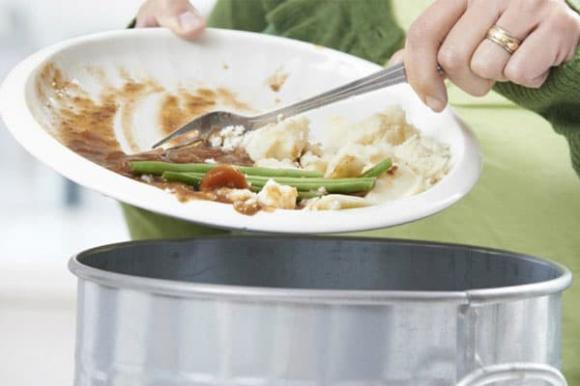rửa bát, cách rửa bát chuẩn, nước rửa bát, đổ nước rửa bát trực tiếp lên bát bẩn