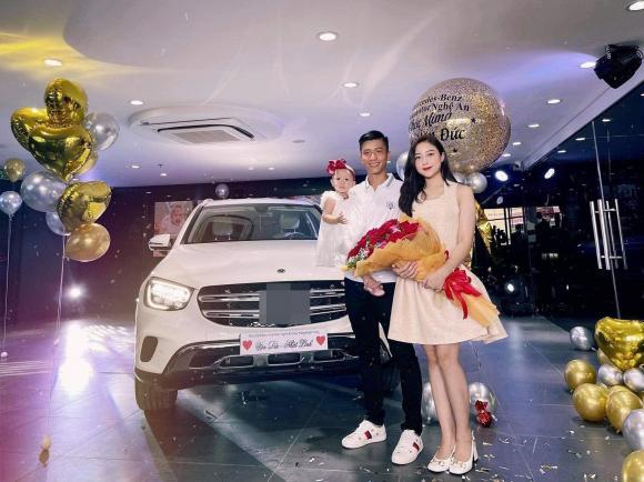 Cầu thủ Phan Văn Đức cùng vợ đi tậu xế hộp tiền tỷ