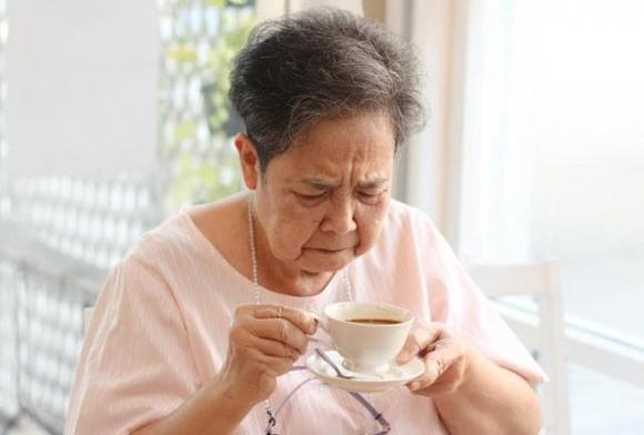 người cao tuổi, người trên 65 tuổi, trà, uống trà trong lúc ăn